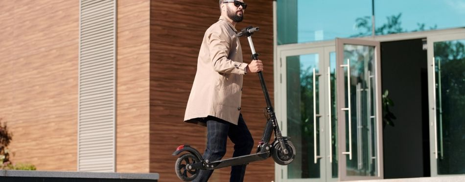 Man Wih Heavy Duty Electric Scooter for Heavy Adults