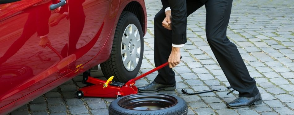 Changes Car Tyre With Portable Car Lift