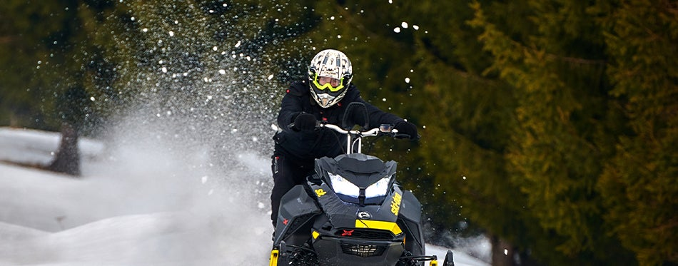 Using the best snowmobile helmet to be safe